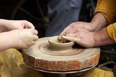 Een close-up van een hand van twee artisans die een kruik maken royalty-vrije stock foto's
