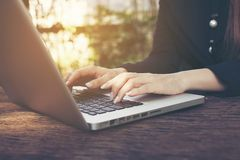 Een close-up van een hand van een vrouw op laptop royalty-vrije stock foto's