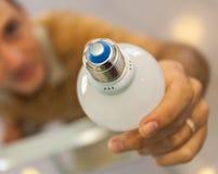 Een close-up van handen het aanbrengen en draaien een bol die zich op een ladder bevinden stock foto's