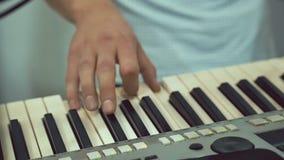 Een close-up van het spelen synthesizer Muziek stock videobeelden