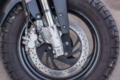 Een close-up van het voorwiel van een motorfiets met remmen royalty-vrije stock fotografie