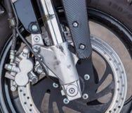 Een close-up van het voorwiel van een motorfiets met remmen stock foto