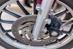Een close-up van het voorwiel van een motorfiets met remmen royalty-vrije stock afbeelding
