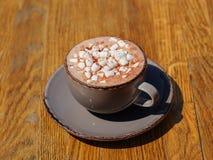 Een close-up van een hete cappuccino met heemst Een kop van koffie op een donkere houten lijstachtergrond De ruimte van het exemp Royalty-vrije Stock Foto's
