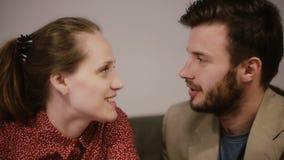 Een close-up van jongelui koppelt het glimlachen, hebbend een gesprek stock footage
