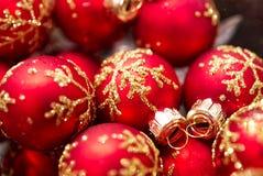 Een close-up van een kom van rode Kerstmisornamenten stock afbeeldingen