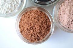 Een close-up van kosmetische klei voor de maskers van het detoxgezicht - Franse groene klei, porseleinaarde, roze klei, rode klei Stock Foto's
