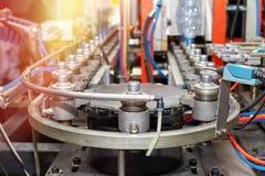Een close-up van een moderne geautomatiseerde lijn voor de productie van plastic flessen stock foto's