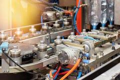 Een close-up van een moderne geautomatiseerde lijn voor de productie van plastic flessen royalty-vrije stock fotografie