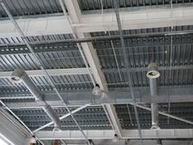 Een close-up van een plafond in een reusachtig winkelend centrum Binnenmening van de bouw van de ijzerstructuur als achtergrond I stock afbeeldingen
