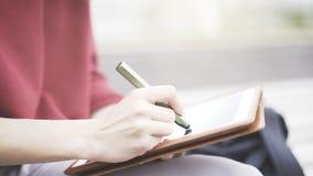 Een close-up van tablet en hand met een potlood Stock Fotografie