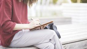Een close-up van tablet en hand met een potlood Stock Foto's