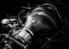 Een close-up van een V8-motor stock afbeeldingen