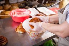 Een close-up van een vrouwelijke bakker royalty-vrije stock foto