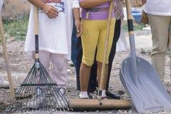 Een close-up van vrouwen die schoonmaakbeurthulpmiddelen houden Royalty-vrije Stock Fotografie