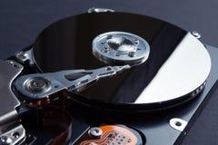 Een close-up, wordt het lezingshoofd genoemd een weerspiegelde magnetische schijf Het concept het verliezen van digitale gegevens royalty-vrije stock fotografie