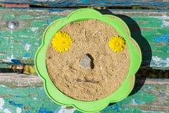 Een close-upbank op een bank en een zeef met zand wordt gevuld dat stock afbeelding