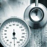 Een close-upbeeld van medische instrumenten op röntgenstralen Stock Foto