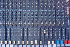 Een close-updeel van professionele digitale audiomixerconsole stock foto's