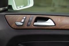 Een close-upmening van een deel van het binnenland van een moderne luxeauto met een mening van een zilveren-gekleurd deurhandvat  royalty-vrije stock foto's