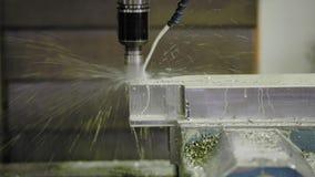 Een CNC malenhoofden van de malenmachine in de metaalindustrie stock footage