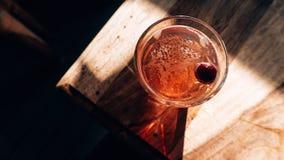 Een cocktail op een houten lijst stock afbeelding