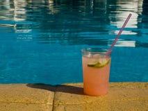 Een cocktailglas Stock Foto's