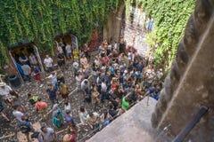Een collage van foto's van een bronsstandbeeld van Juliet en groep mensen rond het Foto van balkon 12 8 2017, Italië royalty-vrije stock fotografie