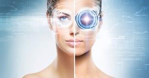 Een collage van vrouwelijk cyborg op een technoachtergrond royalty-vrije stock foto