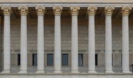 Een colonnade van een publiekrechtelijk hof Een neoklassiek gebouw met een rij van Corinthische kolommen stock afbeelding