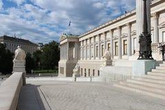 Een colonnade verfraait de voorgevel van het Oostenrijkse parlement in Wenen (Oostenrijk) Stock Afbeeldingen