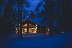 Een comfortabel houten huis van het plattelandshuisjechalet dichtbij skitoevlucht in de winter royalty-vrije stock foto's