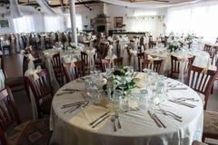 Een comfortabel restaurant, binnenlands in wit en hoofdkaas stock afbeeldingen