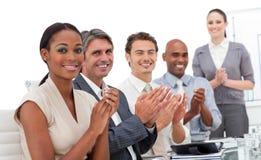 Een commercieel team dat een presentatie toejuicht stock afbeeldingen