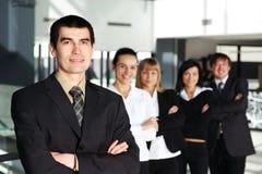 Een commercieel team van vijf personen in een modern bureau Royalty-vrije Stock Afbeelding