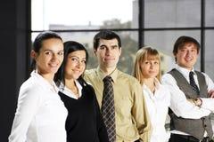 Een commercieel team van vijf personen in een modern bureau Stock Foto's