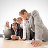 Een commercieel team werkt aan een project samen Stock Foto