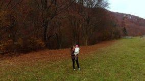 Een communiceren de jonge moederspelen met haar weinig dochter in het de herfst bosmamma en dochter Zij zijn gelukkig stock video