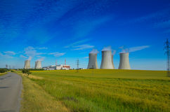 Een concept vernieuwbare groene energie: een madeliefje en een gras over het symbool van gebroken kernenergie stock afbeelding