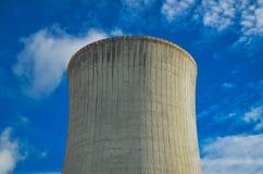 Een concept vernieuwbare groene energie: een madeliefje en een gras over het symbool van gebroken kernenergie royalty-vrije stock foto's