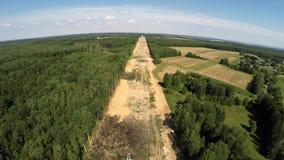 Een concept vernieuwbare groene energie: een madeliefje en een gras over het symbool van gebroken kernenergie De lijnen van de ma stock footage