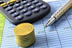 Een conceptenbeeld van Geld, calculator, pen stock foto's