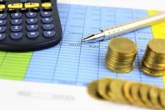 Een conceptenbeeld van Geld, calculator, pen royalty-vrije stock foto