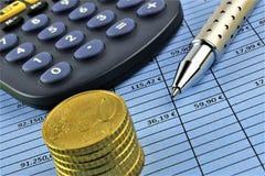 Een conceptenbeeld van Geld, calculator, pen stock afbeelding