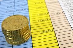 Een conceptenbeeld van Geld, calculator, pen stock foto