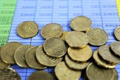 Een conceptenbeeld van Geld, calculator, pen royalty-vrije stock afbeelding
