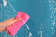 Een conceptenbeeld van het schoonmaken van een venster of een glas stock foto