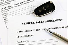 Een conceptenbeeld van een overeenkomst van de voertuigverkoop stock afbeeldingen