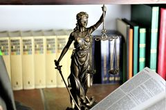Een conceptenbeeld van een rechtvaardigheidsstandbeeld royalty-vrije stock foto