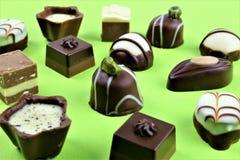 Een conceptenbeeld van sommige chocoladepralines stock foto